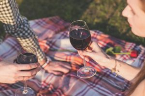 couple_drinking_wine-800x533
